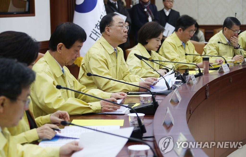 洪楠基(中)在会上发言。 韩联社