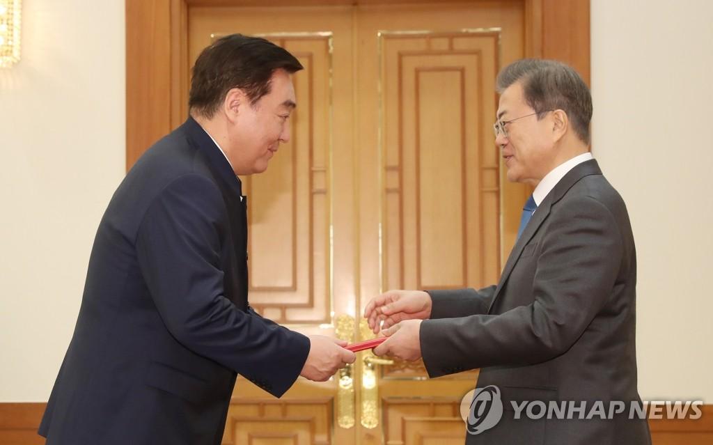 2月7日,在青瓦台,韩国总统文在寅(右)接受中国驻韩大使邢海明递交的国书。 韩联社