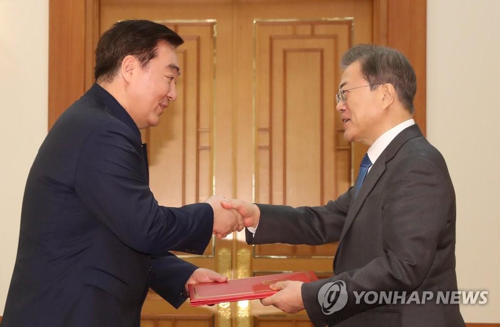 详讯:文在寅接受中日新任驻韩大使递交国书