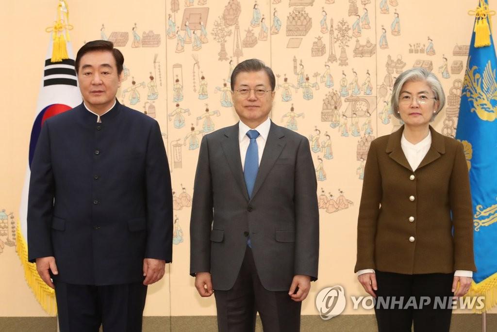 2月7日,在青瓦台,韩国总统文在寅(中)接受中国驻韩大使邢海明递交的国书后同邢海明(左)、韩国外长康京和合影。 韩联社