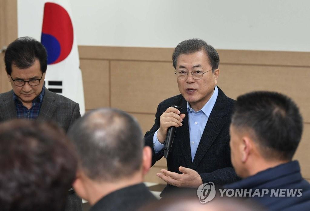 文在寅访问武汉撤侨在韩隔离设施勉励当地居民