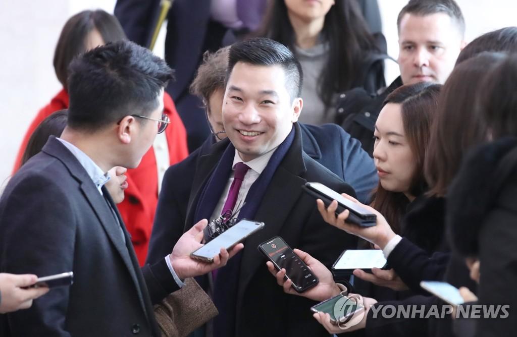 2月10日上午,美国副助理国务卿黄之瀚抵达外交部大楼并接受媒体采访。 韩联社