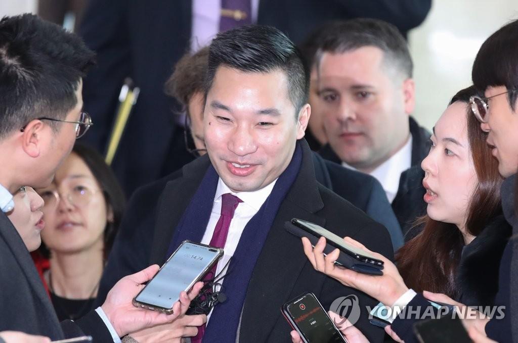 资料图片:2月10日上午,在韩国外交部,黄之翰会前答记者问。 韩联社
