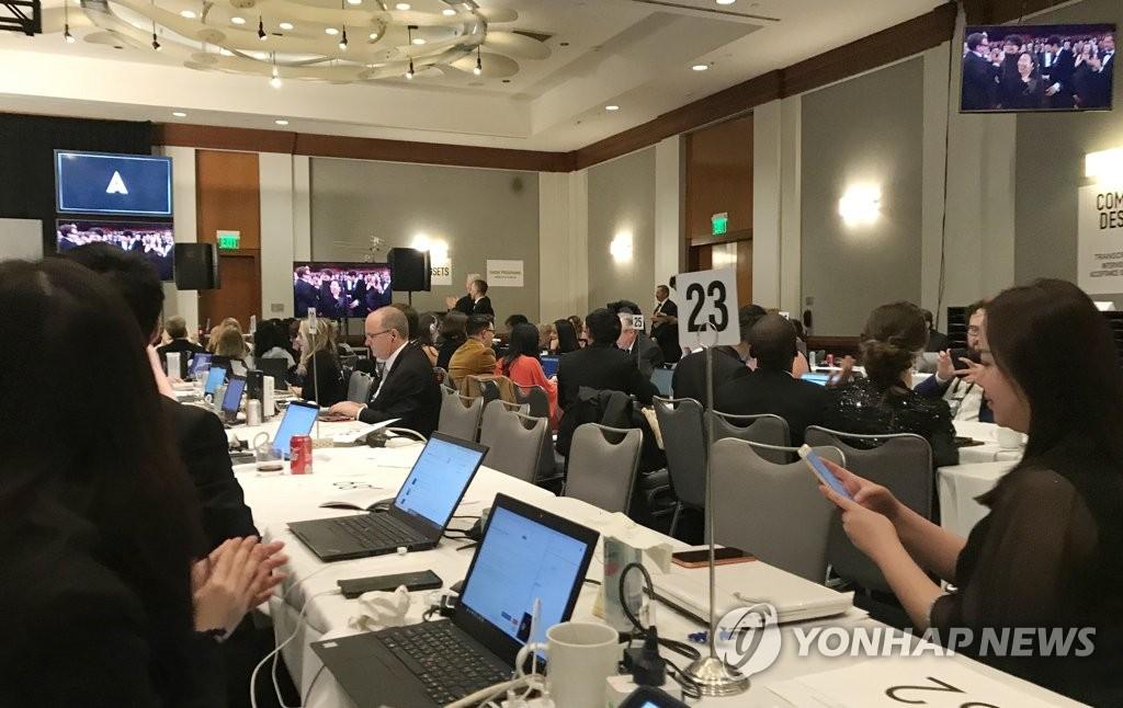 当地时间2月9日,在洛杉矶杜比剧院新闻中心,记者们为《寄生虫》荣获最佳影片奖而欢呼。 韩联社