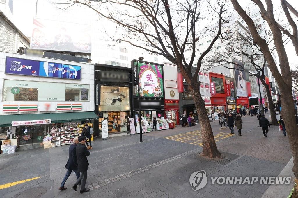 资料图片:2月10日,受新冠病毒疫情影响,首尔明洞街头空旷冷清,路人稀少。 韩联社