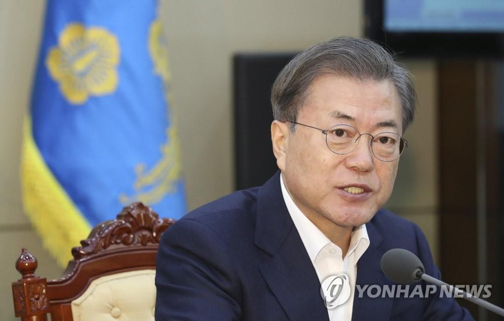 2月10日,在青瓦台,文在寅出席首席秘书和辅佐官会议。 韩联社