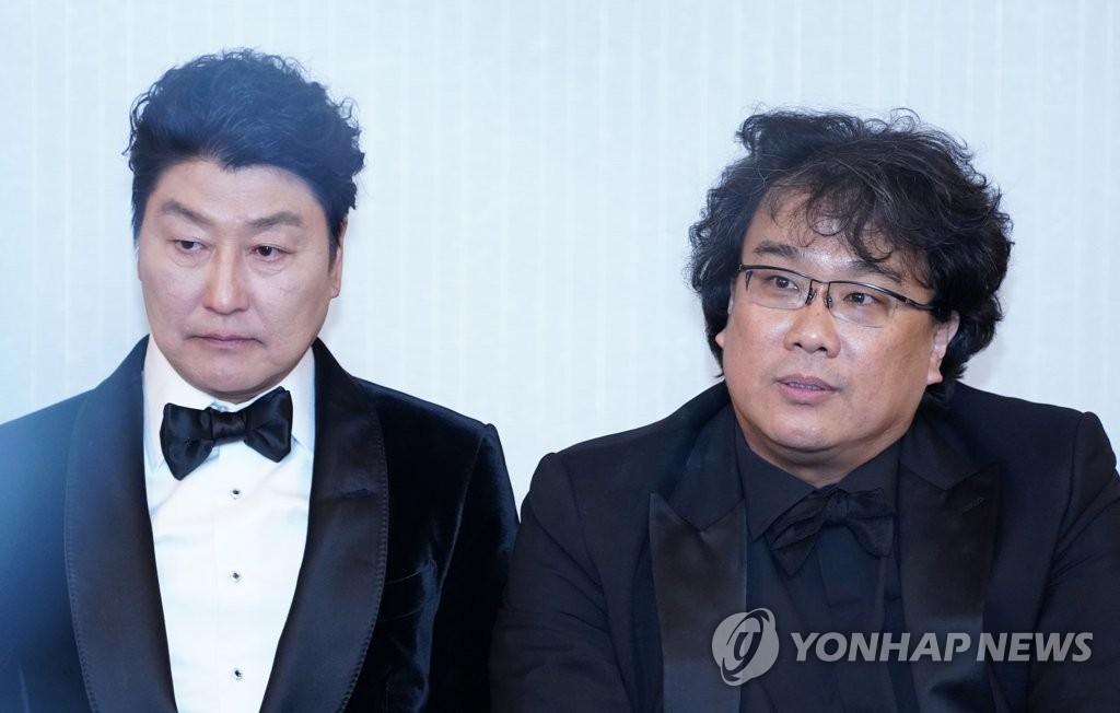 当地时间2月9日,在洛杉矶伦敦西好莱坞酒店,奉俊昊(右)在获奖后的记者会上答问。左为演员宋康昊。 韩联社