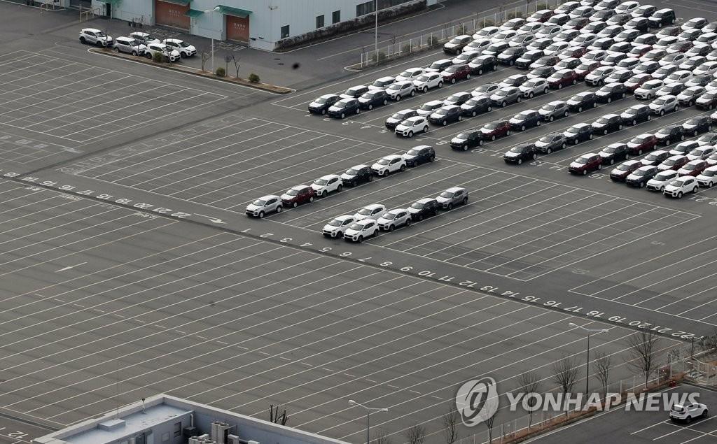 资料图片:2月11日,在起亚汽车光州工厂,受中国零部件断供引发工厂停工影响,整车停车场空出一大半。 韩联社