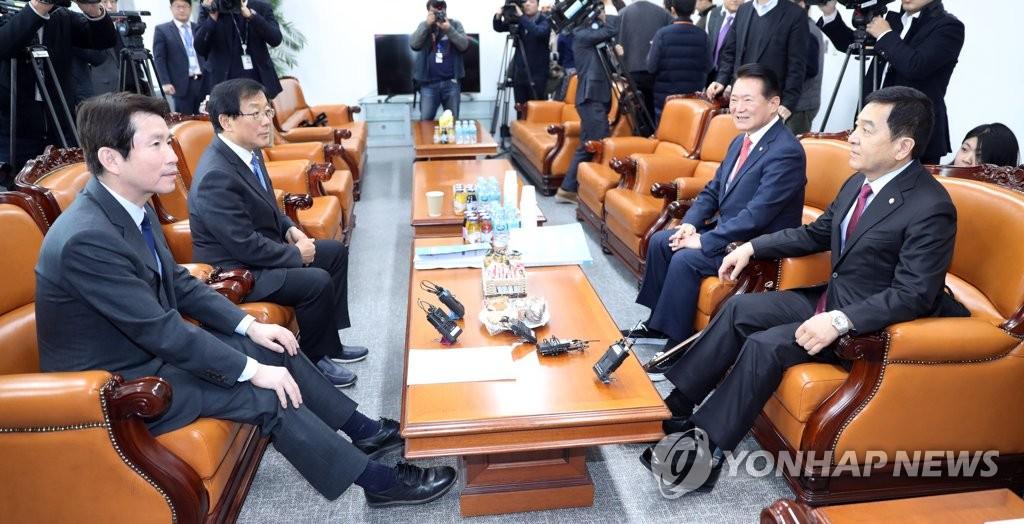 2月11日下午,在首尔市汝矣岛的国会,韩国两大党国会领袖们磋商议程。 韩联社