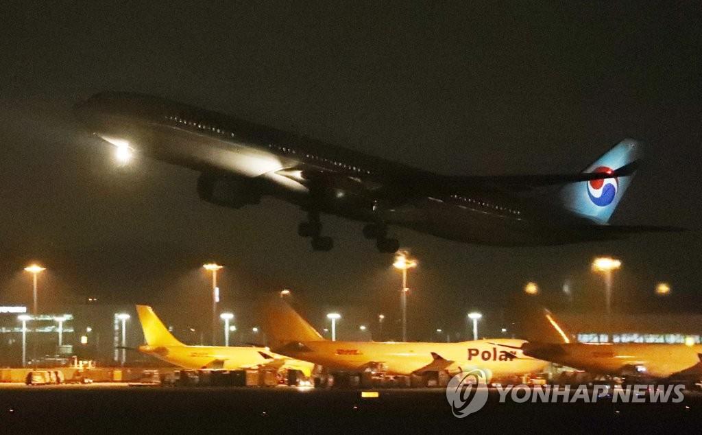 简讯:韩国第三架撤侨包机返抵首尔 接回140余人