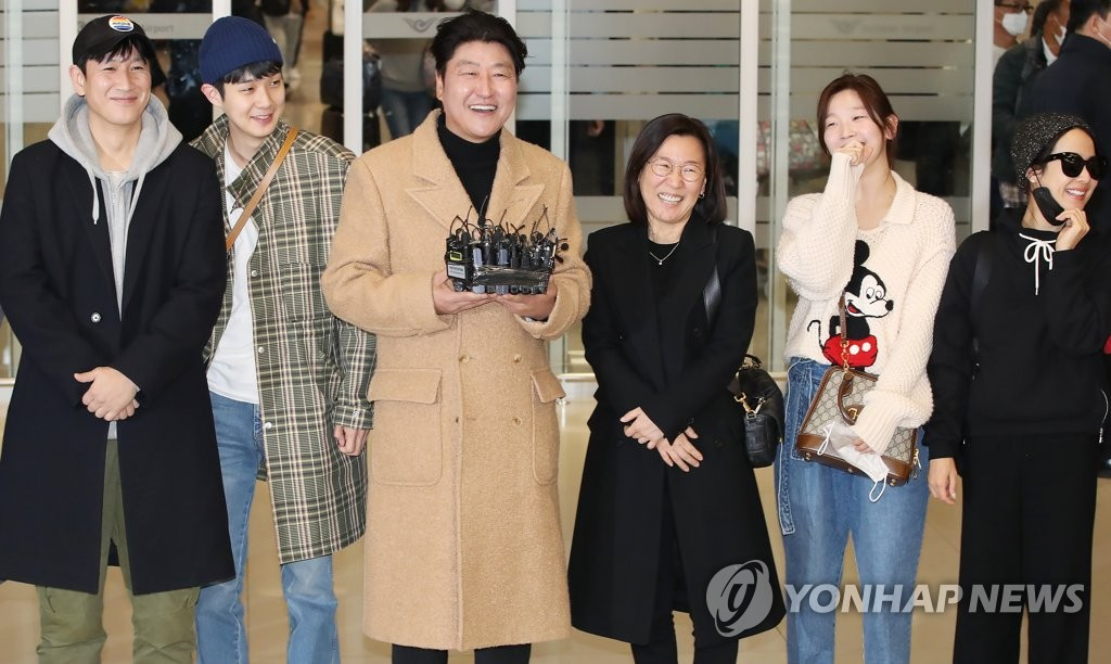 2月12日,在仁川国际机场,参演电影《寄生虫》的演员们接受媒体采访。 韩联社