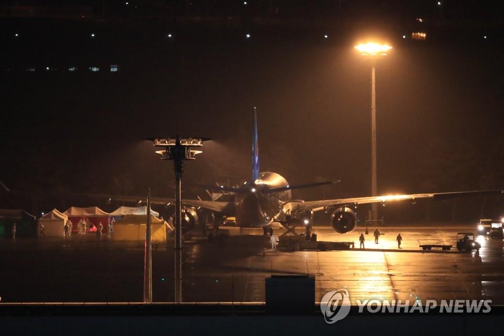 详讯:韩国第三架撤侨包机返抵首尔 接回147人