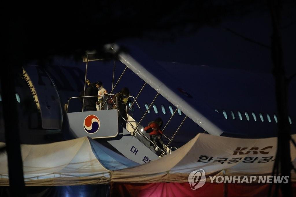 2月12日,在首尔金浦机场,韩国第三架撤侨包机返抵首尔。 韩联社