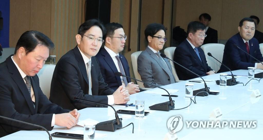 2月13日上午,在大韩商工会议所,崔泰源(左起)、李在镕、具光谟等企业集团总裁出席经济界应对新冠疫情座谈会。 韩联社