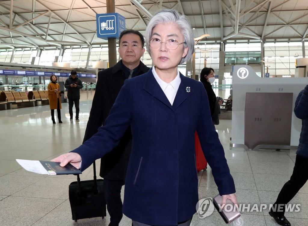 2月13日上午,在仁川国际机场第一航站楼,韩国外长康京和准备启程赴德国出席慕尼黑安全会议(MSC)。 韩联社