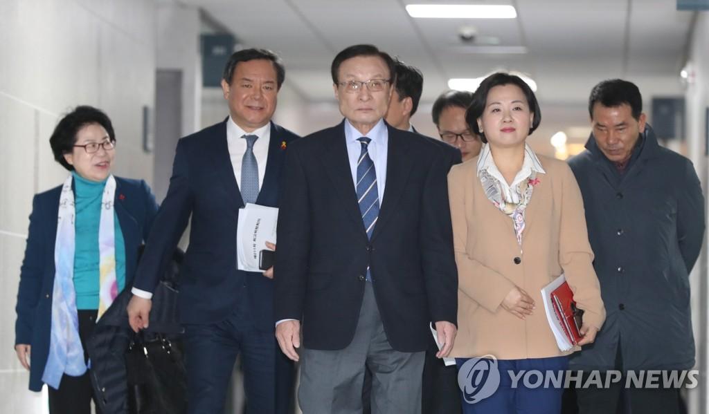 2月14日,在国会议员会馆,共同民主党党首李海瓒(左三)准备出席扩大干部会议。 韩联社