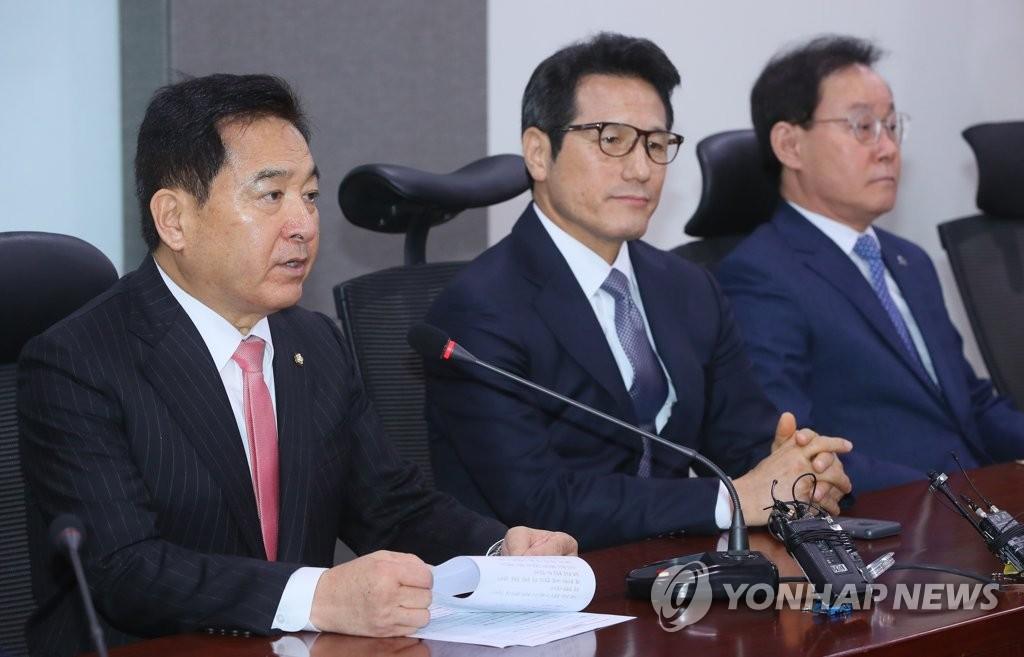 左起依次为自由韩国党沈在哲、新保守党郑柄国、向未来前进4.0李钟赫。 韩联社