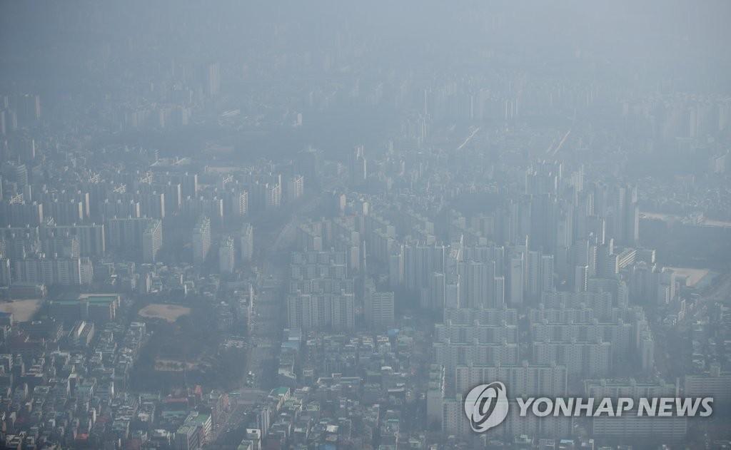 2月14日下午,从乐天世界塔上俯瞰首尔市松坡区的全景。 韩联社