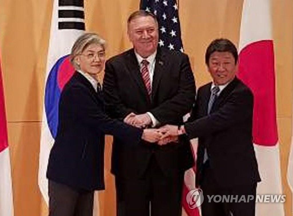 当地时间2月15日,在德国慕尼黑,康京和(左)与美国国务卿蓬佩奥(中)、日本外务大臣茂木敏充握手合影。 韩联社