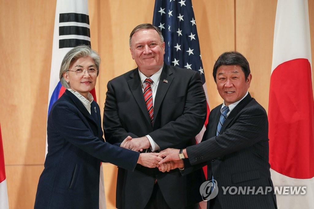 韩美日外长握手