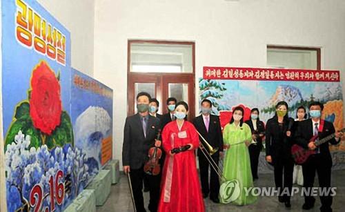 朝鲜居民戴口罩庆祝金正日诞辰日
