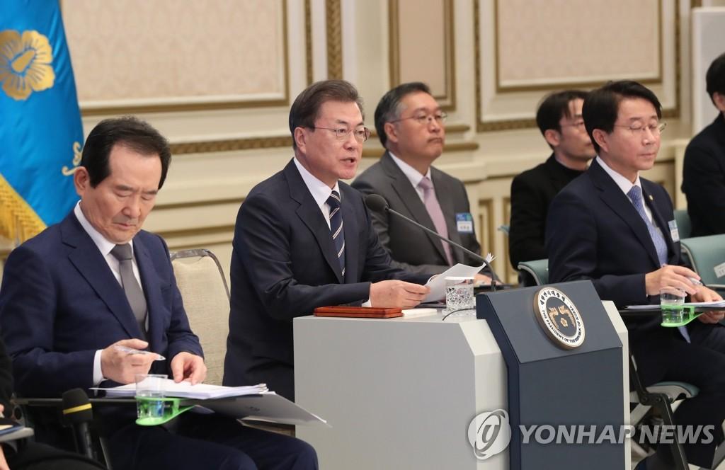 2月17日,在青瓦台,文在寅(左二)接受经济部委报告前发言 韩联社