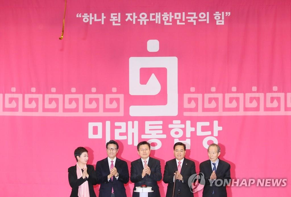 2月17日,在国会议员会馆,右翼合组新党公布党名——未来统合党。左起依次是议员李彦周、议员郑柄国、党首黄教安、党鞭沈在哲。 韩联社