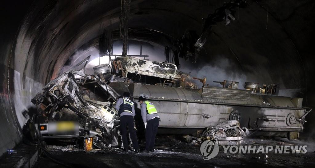 韩国西南高速追尾失火事故致3死43伤
