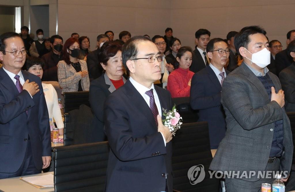 """2月18日,在首尔全经联会馆会议中心,朝鲜前驻英国公使太永浩(居中)出席新党""""南北统一党""""(暂名)发起大会。 韩联社"""