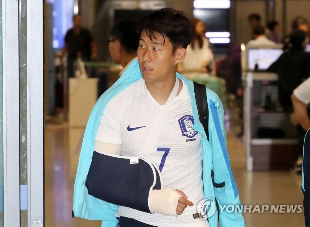 资料图片:2017年,孙兴慜手臂受伤,缠着绷带。 韩联社