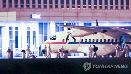 韩赴日撤侨专机返抵首尔