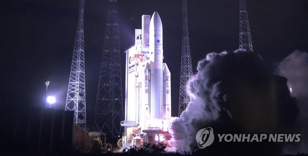 """资料图片:当地时间2月18日,在法属圭亚那宇航中心,法国阿丽亚娜航天公司的运载火箭""""阿丽亚娜5""""型火箭搭载""""千里眼2B""""号卫星等待发射。 韩联社/联合采访团"""
