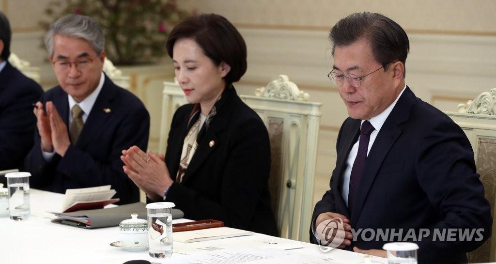 2月19日,在青瓦台(右),文在寅与地方政府首长座谈教育一线的防疫工作。 韩联社