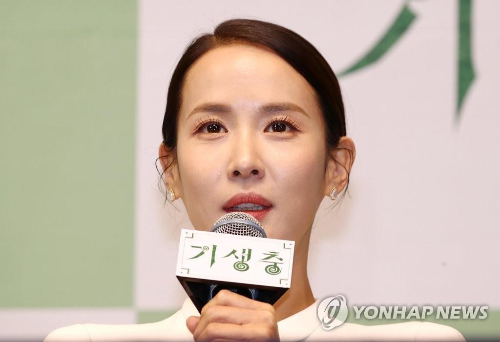 2月19日,在首尔威斯汀朝鲜酒店,演员曹汝贞出席记者会并发言。 韩联社
