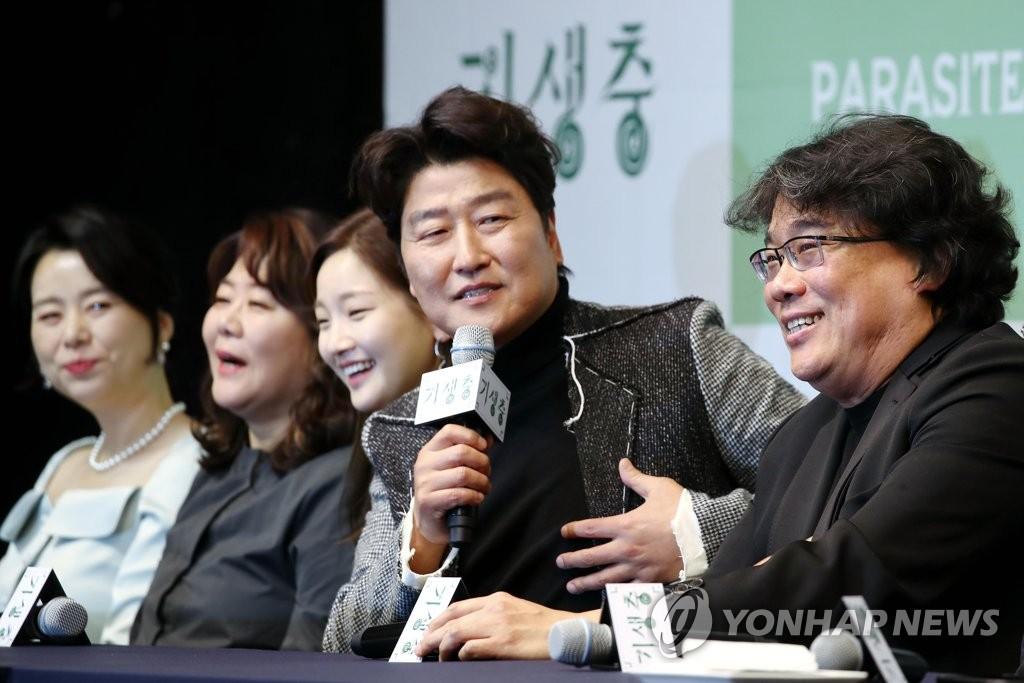 2月19日,在首尔威斯汀朝鲜酒店,演员宋康昊(右二)出席记者会并发言。 韩联社