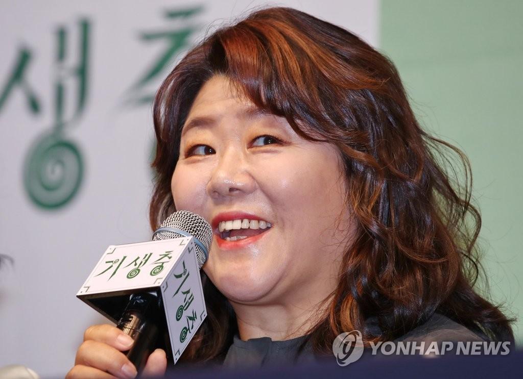 2月19日,在首尔威斯汀朝鲜酒店,演员李姃垠出席记者会并发言。 韩联社