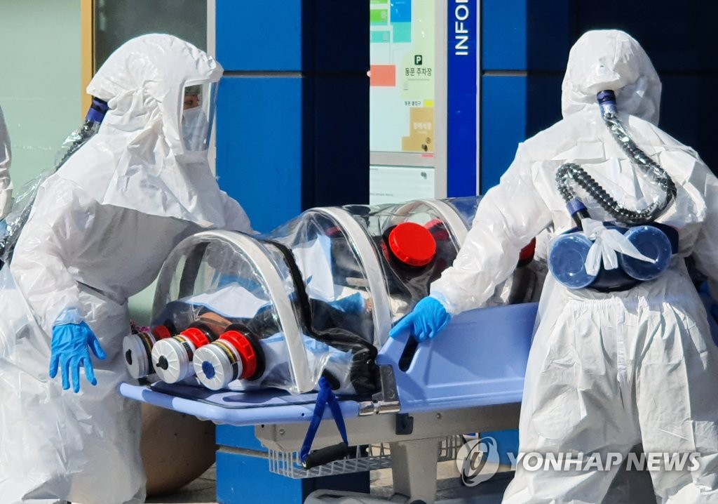 2月19日下午,在大邱市中区,一名疑似新冠病人被送入庆北大学附属医院。 韩联社