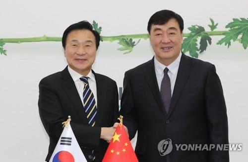 正未来党党首与中国驻韩大使握手