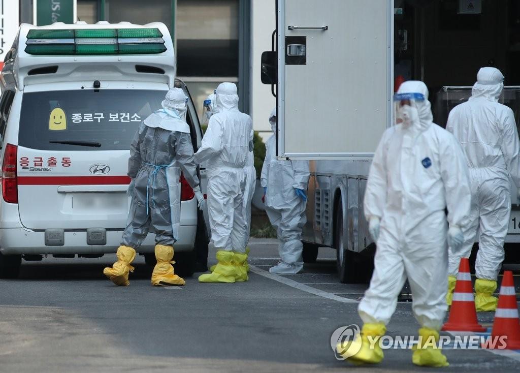 资料图片:2月20日,在首尔国立中央医疗院,新冠病毒有症状待查病例被送医。 韩联社