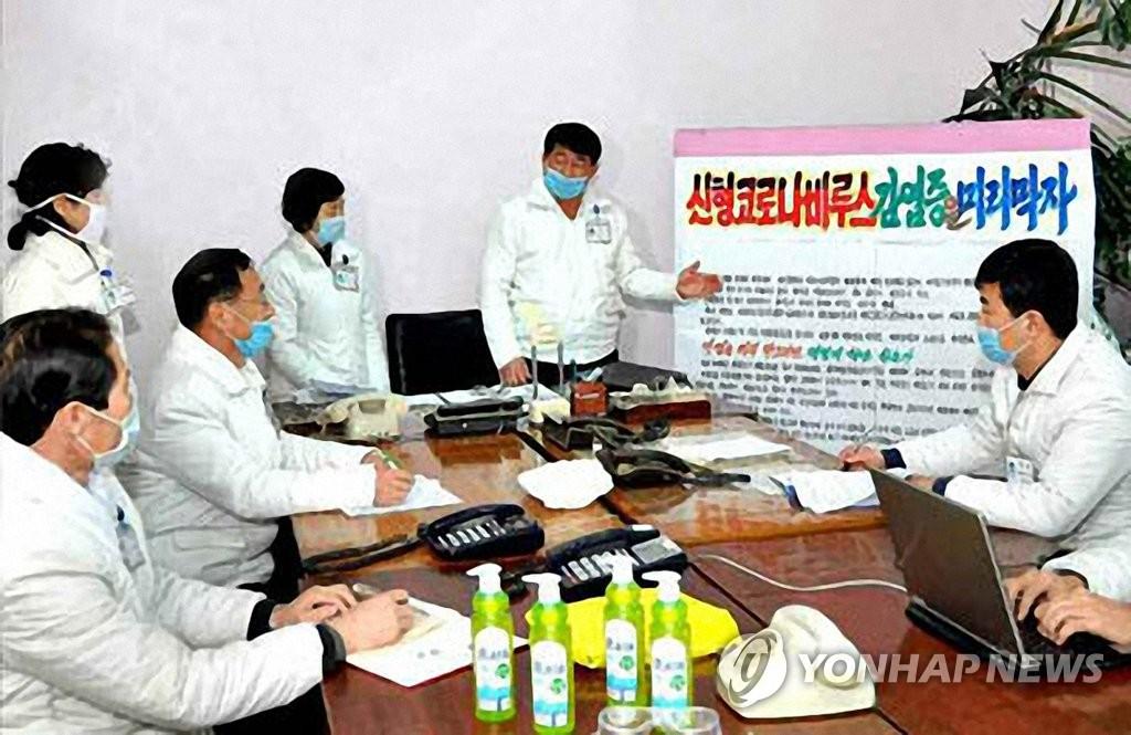 朝鲜《劳动新闻》2月21日报道,平安北道人民医院医务人员戴口罩开会,讨论新冠病毒防疫工作。 韩联社/《劳动新闻》官网截图(图片仅限韩国国内使用,严禁转载复制)