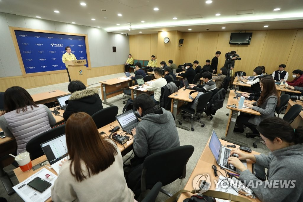 2月21日,首尔市市长朴元淳召开新闻发布会。 韩联社
