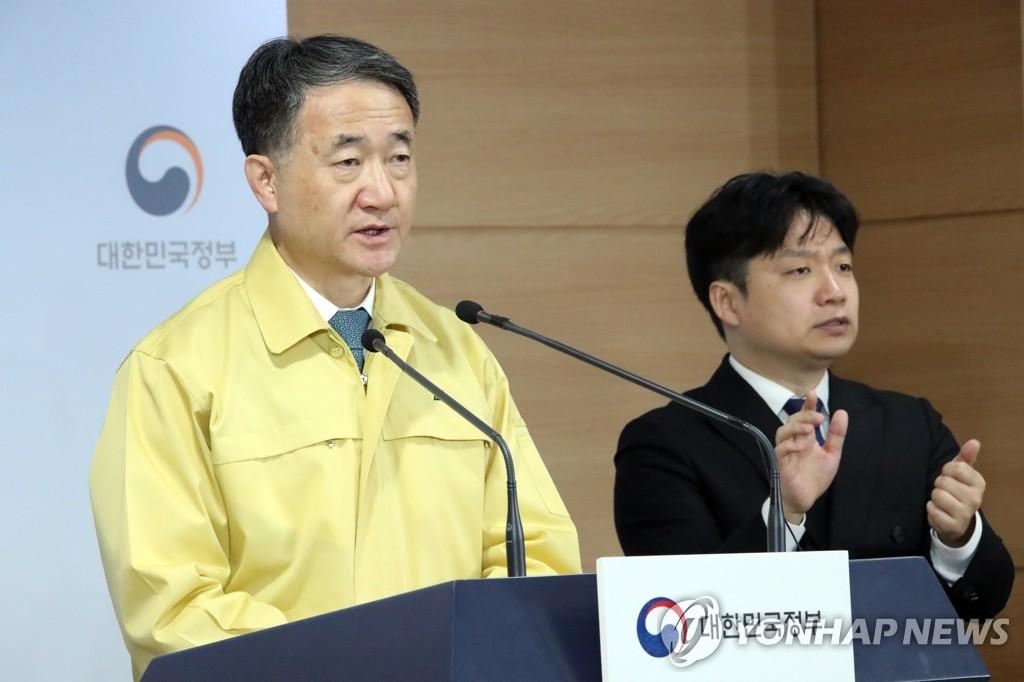 2月21日,在中央政府首尔办公楼,朴凌厚在记者会上发言。 韩联社