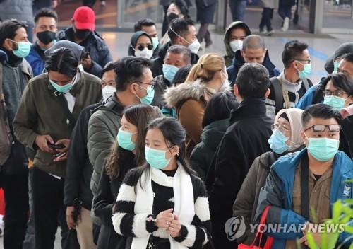 外国游客戴口罩防疫