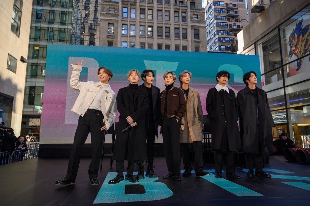 资料图片:当地时间2月21日,男团防弹少年团(BTS)出演美国全国广播公司(NBC)知名晨间脱口秀《今日秀》。 NBC/Nathan Congleton供图(图片严禁转载复制)