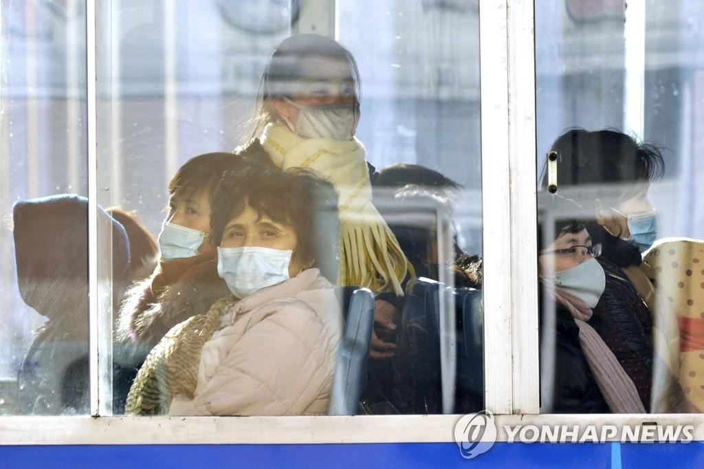 资料图片:2月22日,乘坐电车的朝鲜平壤多数居民戴上了口罩。 韩联社/共同社(图片严禁转载复制)
