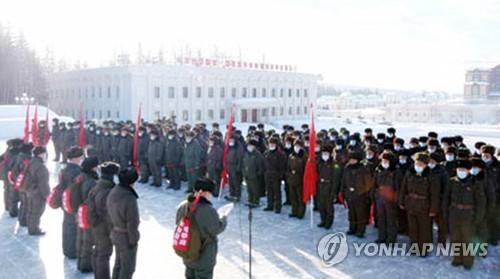 朝鲜干部戴口罩参观革命遗址