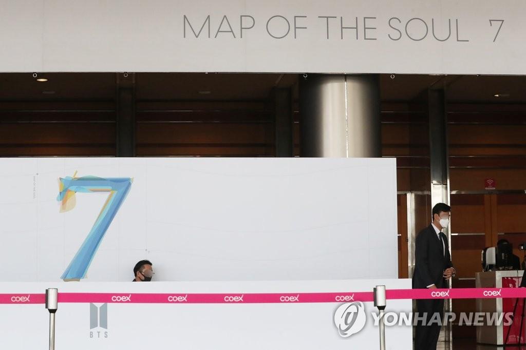 资料图片:2月24日,原定于在首尔国际会展中心(COEX)举行的防弹少年团(BTS)全球记者会改为线上实况直播。图为在COEX工作人员为举行记者会做准备。 韩联社
