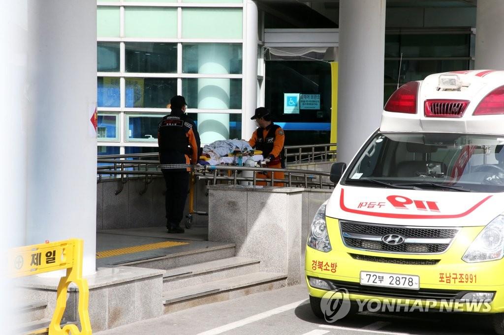 资料图片:2月24日,在庆尚北道浦项医疗院,急救队准备将患者送往其他医院。 韩联社