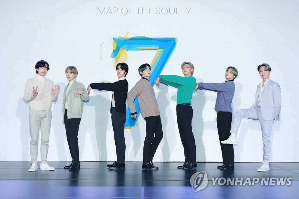资料图片:2月24日下午,在首尔市的韩国国际会展中心(COEX),防弹少年团在《Map of the Soul: 7》全球记者座谈会上摆造型。 韩联社