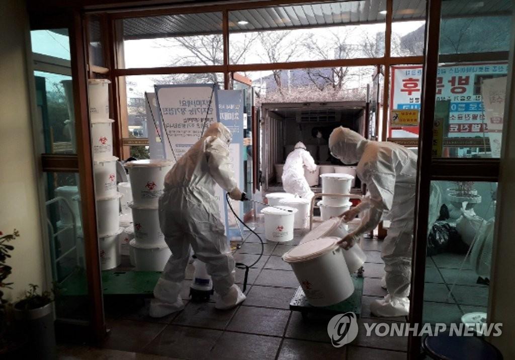资料图片:2月24日,在大南医院,医务人员进行消毒防疫。 韩联社/大南医院供图(图片严禁转载复制)
